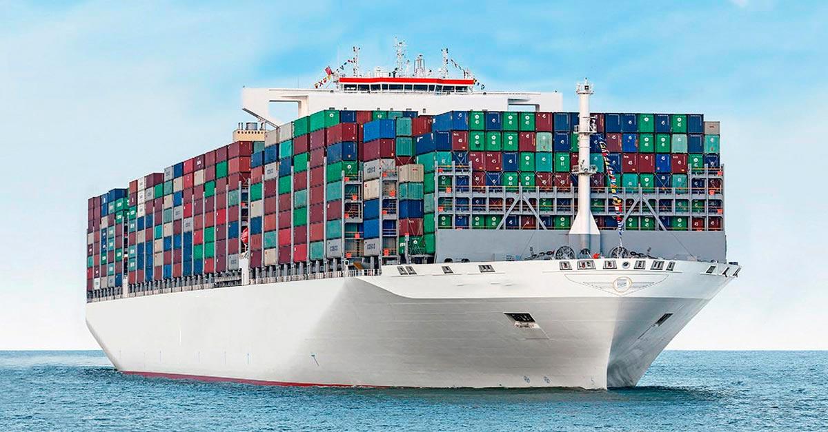 Imagen de un mega buque portacontenedor durante la navegación.